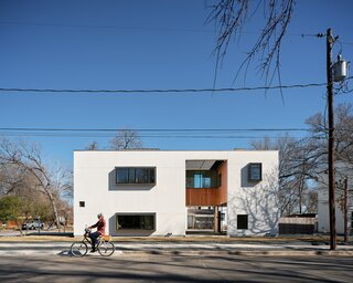 """A Courtyard House in Austin Resembles a """"Reverse Coconut"""""""
