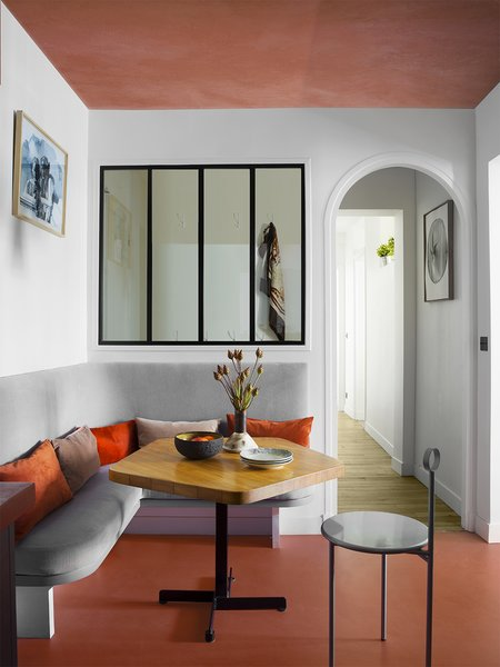 The living room is furnished with pieces by some of the greatest names in vintage design, such as Hans Wegner, Eero Saarinen and Charlotte Perriand, and also more recent pieces from the 1900s by Philippe Starck, among others.