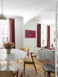 The haussmanien style was refined and pared down in order to introduce minimal lines better suited to the contemporary usage of this living space now occupied by a modern family.  The street art collection of the property owners (Banksy, Jon One, Space Invaders, Obey...) counterbalances the classic spaces of the double living room.