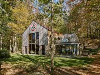A Lakeside Cabin Conjures Up Midcentury Magic in New Hampshire