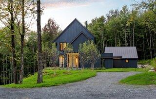 A Shou Sugi Ban Retreat in Vermont Frames Dramatic Mountain Views