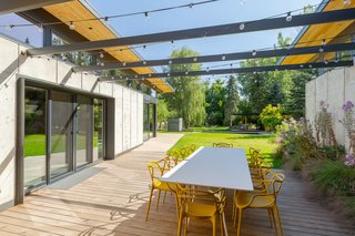 """""""The architecture enhances and reinforces this weaving together of inside and outside,"""" says the firm. """"The large lift and slide doors open to allow a single corner column to feel outside."""""""