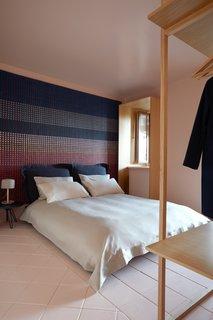 该公寓拥有一张EligoStudio为cci -tapis设计的地毯,Foscarini设计的照明,Smeg设计的厨房电器,Vitra椅子,Bitossi设计的餐具,以及一张Moroso为Diesel Living设计的床。