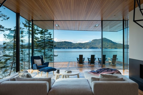 McFarlane credits the windows system's thin profile and its ability to secure very large panes of glass for the seamless indoor/outdoor effect they achieve.