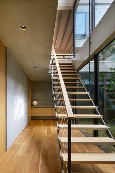 ASHIZAWA的背景是钢结构,因此让楼梯权是至关重要的。它需要在结构上的声音,但没有这么大而笨重的它会阻止从天井的光。巧妙地利用在该结构的中间的支承杆的允许坚固但轻质的步骤。