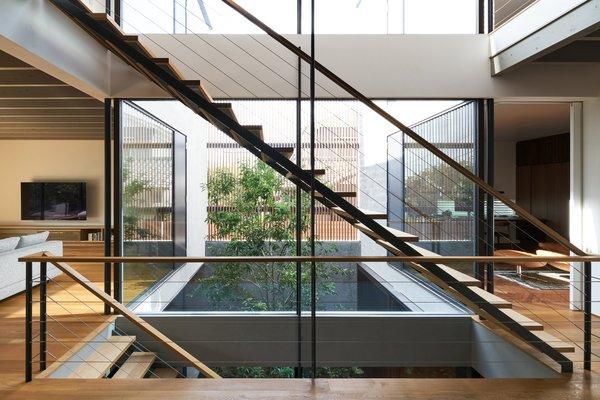 从一楼到客厅,餐厅和厨房区,其中,以利用私人花园的小阳台打开爬上钢楼梯。在顶楼,房间的房主和他们的孩子从庭院被光照亮一间浴室以及局促。
