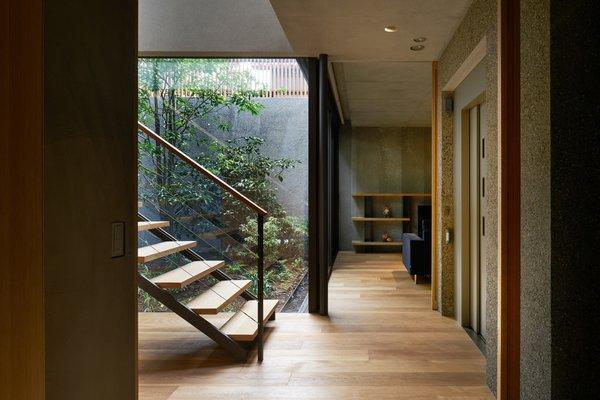 一楼的房子储藏室,客房,健身房和车库,全部建成周围郁郁葱葱的庭院内。