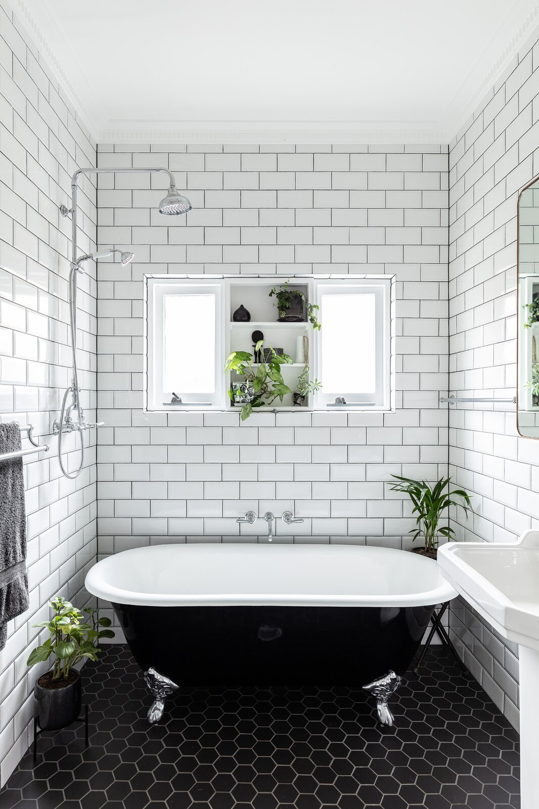 Mark Szczerbicki Design Studio Collectors' Cottage bathroom