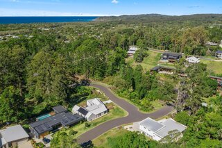 Suffolk Park Modern is set at the base of a nature reserve, nestled in an escarpment of pristine coastal Australian bushland.