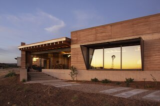 A Rammed-Earth Dwelling in New Mexico Welcomes Spectacular Sunsets