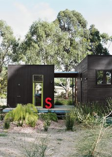 For her family's house near Melbourne, Anna Horne created a series of prefab wood modules using a design from the company Prebuilt. She found the old industrial letter at a factory; it stands for Somerset, the name of the house.