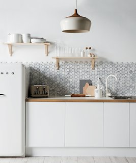 Awesome A Backsplash Of Hexagonal Carrara Marble From Australiau0027s Di Lorenzo Tile  Offsets The Minimalist White Cabinetry