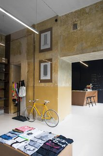 The ochre concrete walls have a deliberately rough quality to them. Photo by Anna Domańska.