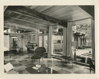 An interior shot of the house in Chesterfield, Missouri, that Ralph and Mary Jane Fournier designed for the developer Burton Duenke. Photo by Hutchinson Photography, courtesy of the D. Anne Lewis & Franc Flotron Collection.