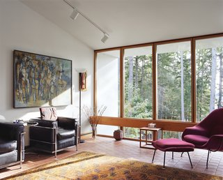 A pair of LC2 chairs by Le Corbusier are ideal spots for watching the river down below. The Womb chair by Eero Saarinen is a close second.