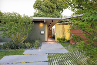 Creative Landscape Design for a Renovated Eichler in California - Photo 4 of 9 -