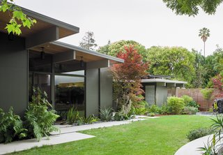 Creative Landscape Design for a Renovated Eichler in California - Photo 3 of 9 -