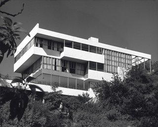 Completed in 1929, Neutra's Lovell Health house was the first steel-frame residence in the U.S., and was built using prefab elements (the home's framing went up in two days). Shulman shot the home, which Neutra included in the 1932 Museum of Modern Art Modern Architecture exhibition, on three occasions. © J. Paul Getty Trust. Used with permission. Julius Shulman Photography Archive, Research Library at the Getty Research Institute (2004.R.10)