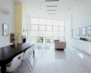 Linear spatial organization is great for encouraging air movement in homes with large windows at the front and back. Smaller windows along the length of the house also enhance the cooling effect of the wind.