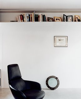 Stafne's office showcases his ingenious use of the steel structure of the house as a handy bookcase.