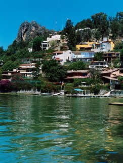 Now home to a hillside resort town, the lake of Valle de Bravo was formed in 1946, in one of president Miguel Alemán's hydroelectric dam projects. Casa Ia was named for the architect's first child and planned with lake views as a primary objective.