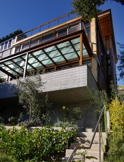 This house in Sausalito by 450 Architects hugs a tight hillside plot that affords a gorgeous view of Richardson Bay.