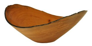 Carmona's Marina bowl, which typically follows the grain of the wood as it emanates from the center, is also characterized by natural edges.