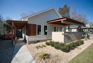 The Barker residence in Raleigh, North Carolina is designed by Vernacular Studio. Located in the Five Points neighborhood near downtown Raleigh, North Carolina, this addition and renovation provides a unique response to a typical building problem in this area: How does one add-on to prewar structures without destroying the character of the existing neighborhood?