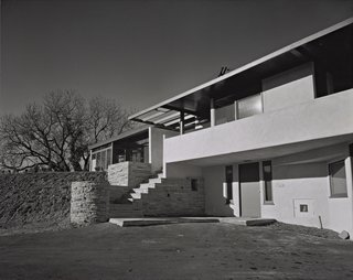 Rudolph Schindler, with whom Shulman closely collaborated for many years, built the Gold House in Studio City in 1945. Shulman did not shy away from revealing the realistic aspects of architecture (unfinished or bare landscaping; the imperfect driveway), opting to focus on an interplay between the strict geometries inherent in modern homes, and the constant interplay between light and shadows. © J. Paul Getty Trust. Used with permission. Julius Shulman Photography Archive, Research Library at the Getty Research Institute (2004.R.10)