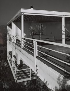 Pierre Koenig's Gantert House was finished in 1981 and photographed by Shulman in 1986, around the time he attempted to retire. Situated above the Hollywood Hills on a lot originally deemed too steep to build on, the steel-and-glass case study–style house has 180-degree views. This is the last completed project by the architect. © J. Paul Getty Trust. Used with permission. Julius Shulman Photography Archive, Research Library at the Getty Research Institute (2004.R.10)