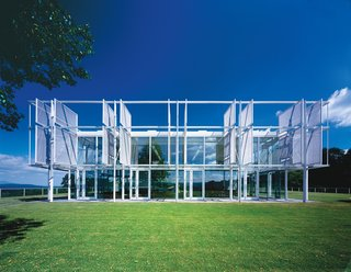 The Taghkanic House (2001) was Phifer's first major commission. The high-ceilinged living room is open to 360-degree views; pivoting screens of aluminum mesh filter in sunlight throughout the course of the day.