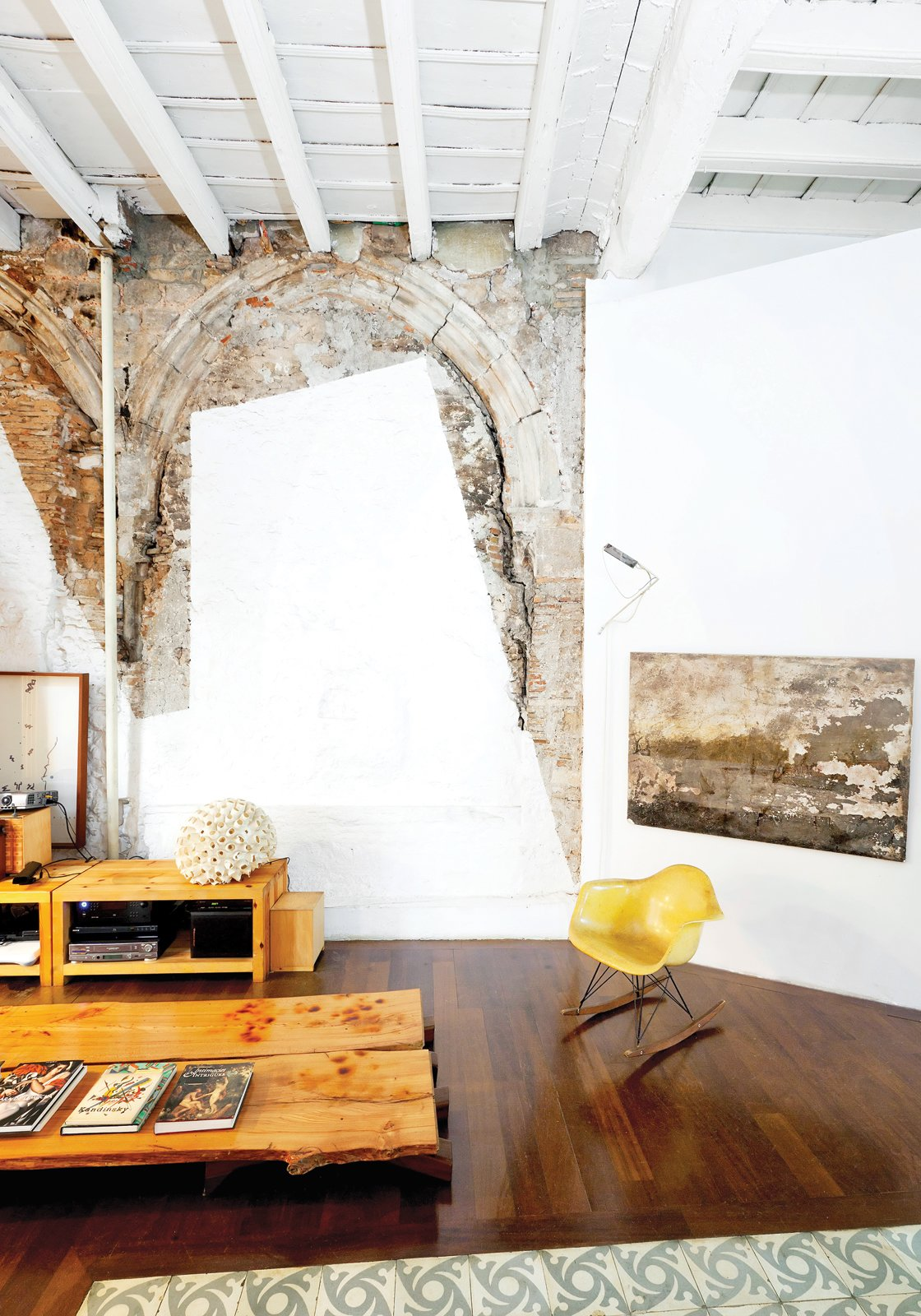 Living Room Immediately halting the crew, Tagliabue and Miralles decided instead to celebrate the juxtaposition by leaving it all in situ. The painting at right was also found inside the meandering structure, which had been unoccupied for decades.  Photo 5 of 23 in The Barcelona Home Like No Other