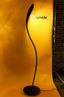 This sleek luminaire designed by Karim Rashid for Artemide is made of hydroformed metal in polished black or white finish. A joint along the vertical lamp development allows a 350 ̊rotation adjusting the light emission and assuming different shapes in the space.