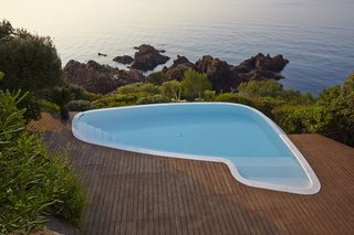 On the French Riviera at a house renovated by architect Barry Dierks, an existing pool was modified in form so that it created more of a transition between the deck and rocky bluffs beyond. The smooth form of the pool contrasts sharply with the cutting, organic forms of the rock outcroppings.