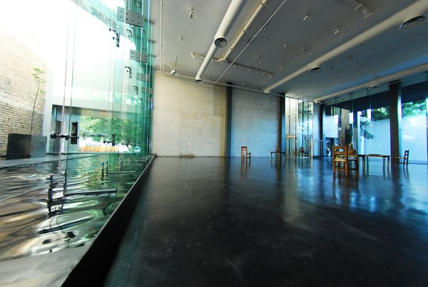 The glass walls were chosen to connect the hotel with Casa Quiñones and Casa Franco. On either side of the hotel, you can see the exterior wall of the adjacent house.