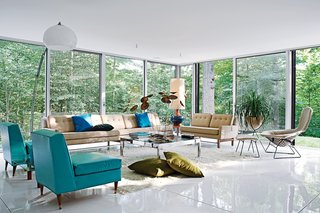 20 Great Midcentury Modern Interiors - Photo 16 of 20 - The spacious living room, filled with vintage furnishings by Harry Bertoia, Paul McCobb, overlooks the heavily wooded site, which adjoins a protected watershed. Photo by: Jason Schmidt