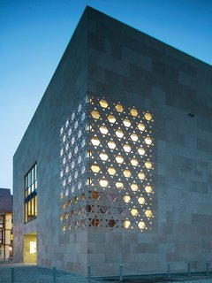Kister Scheithauer Gross Architects designed a laser jet-cut Star of David pattern for the facade, which creates a corner window in the sacral room housing the Torah.