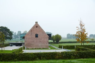 In 2006, Dirk Wynants, owner of the outdoor furniture company Extremis, purchased a circa-1850s farmhouse in Poperinge, a municipality in the Flanders region of Belgium. He spent the next seven years updating it, while staying within the area's stringent preservation codes.
