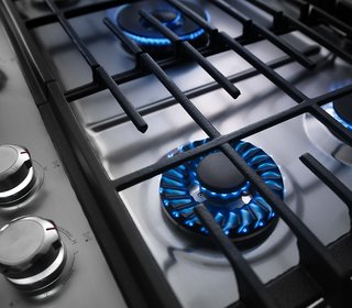 The KitchenAid cooktop features a precise Torch Burner flame that makes it easy to adjust heat levels, from a small flame for simmering to a larger flame designed to distribute heat evenly. The surface is also coated in a finish that makes it a quick clean.