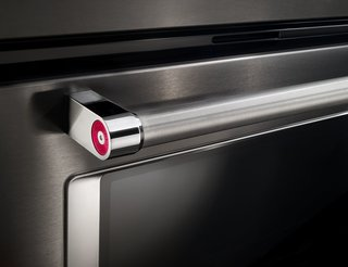 In addition, the satin cross-hatch handles on KitchenAid appliances are both easy to grip and easy to clean—key requirements in the modern kitchen.