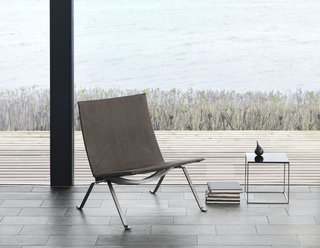 As an evolution from the PK25, the PK22 is less sculptural and more refined. The chair made its first appearance in 1956. Instead of being made from one piece of steel, the construction allows the chair to be broken down, which makes it easier to ship. In considering that every aspect of the design counted, even the screws have aesthetic appeal. For the anniversary, the steel frame is darkened and finished in a nubuck leather.
