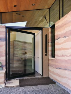 Contractor John Richards built the earthen facade to take on the appearance of sedimentary rock, referencing drawings the residents made to show the range and depth of colors they desired.