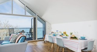 Overlooking Porthminster Beach and St Ives Bay, Moonjar is a charming and modern space for those wanting to be near the water.