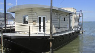 The Harbour Houseboat, which offers stunning views across Bembridge Harbour in Isle of Wight, has a commodious open-plan living space and kitchen—and warmly furnished rooms that boast plush Loaf beds.