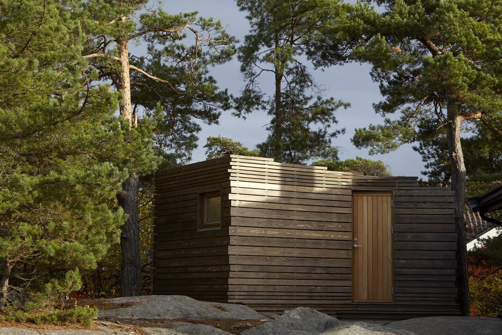Exterior, House Building Type, Cabin Building Type, and Wood Siding Material  Photo 2 of 10 in A Tiny Bathhouse on the Norwegian Island of Hankø Made With Sustainable Softwood