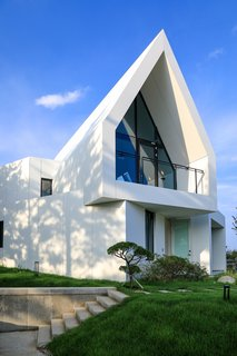 Clad in a white Hi-Macs acrylic surface, a house belonging to two painters in Sokcho, South Korea, is intended as a blank canvas that captures light and shadow.