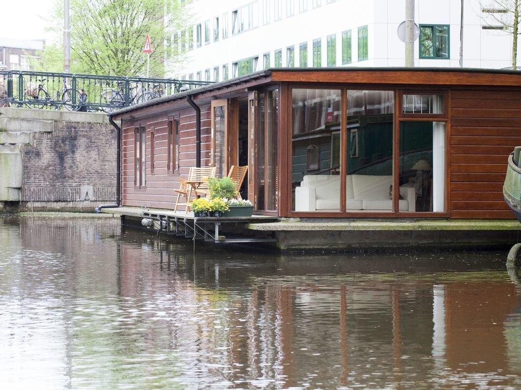 Exterior, Tiny Home Building Type, and Wood Siding Material  Photo 3 of 13 in Rent Out One of These Cool Houseboats or Floating Homes