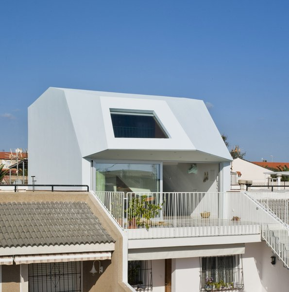 A Spanish House's Addition Looks Like an Ultra-Modern Helmet