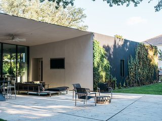 A Black Stucco Home in Dallas Is Surrounded by Eye-Popping Greenery - Photo 14 of 17 -