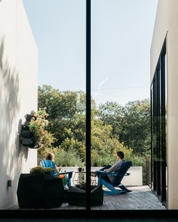 A Black Stucco Home in Dallas Is Surrounded by Eye-Popping Greenery - Photo 12 of 17 -
